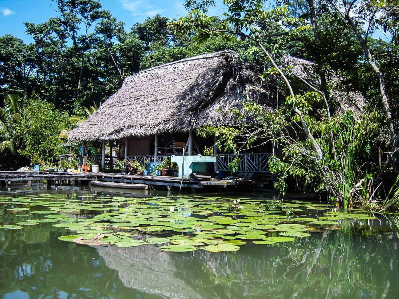 Rio Dulce - Idyllische houten huisjes lang de rivier