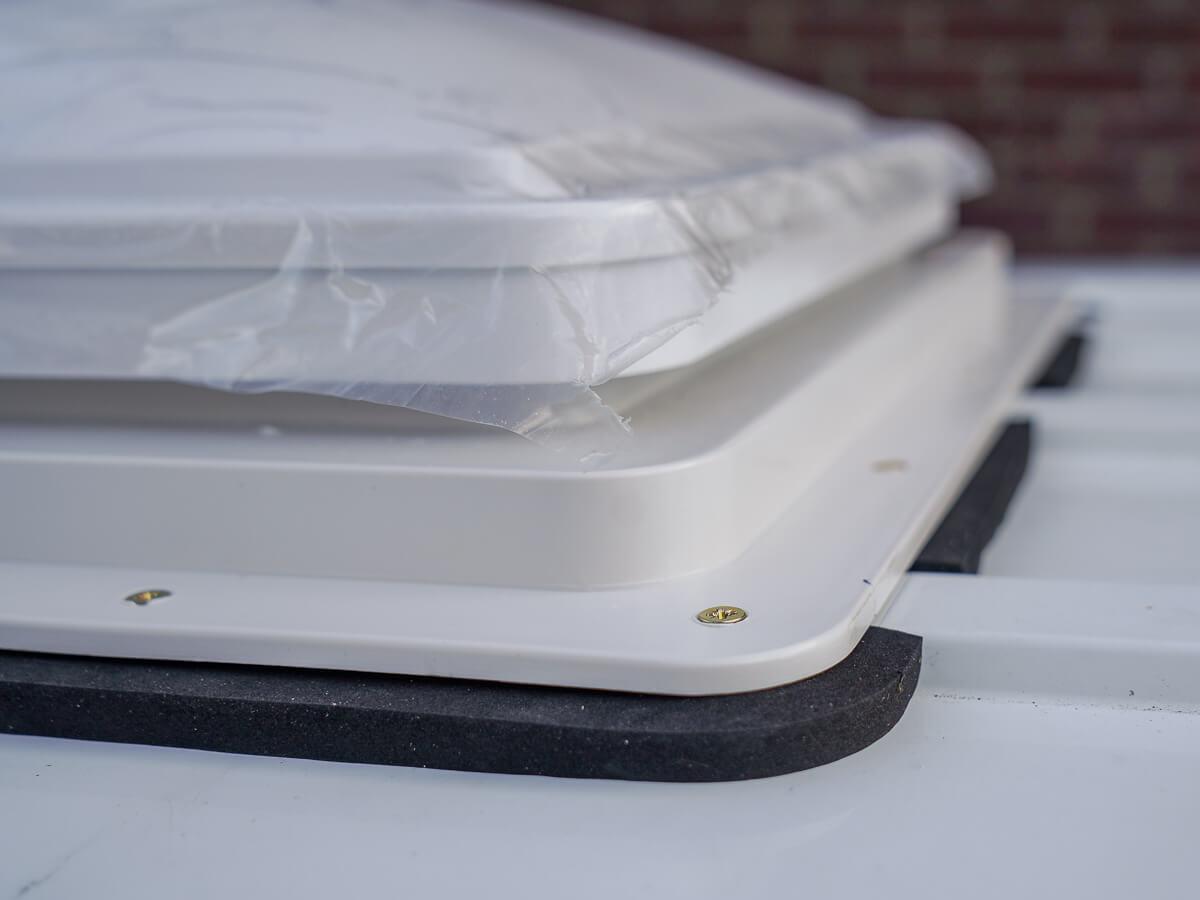 Waterbestendig epdm band om ongelijke ondergrond van camper dak op te vullen